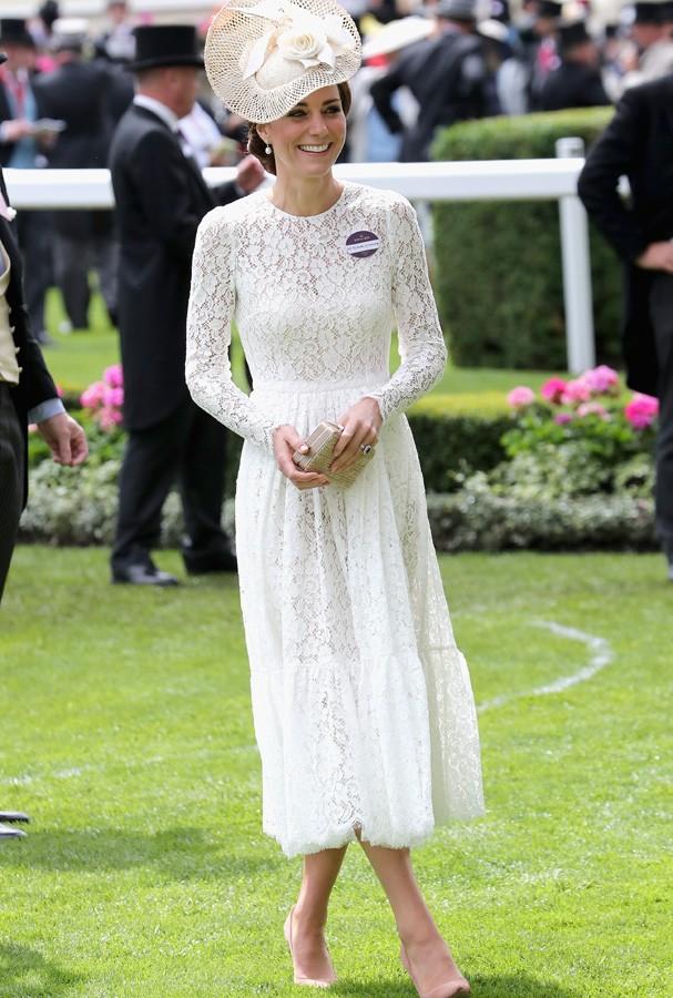 O vestido todo rendado de manga comprida saiu de um conto de fadas, sim ou claro? (Foto: Getty Images)