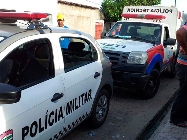 Policiais isolaram a área e peritois do Itep recolheram os corpos para perícia (Foto: Henrique Dovalle/G1)