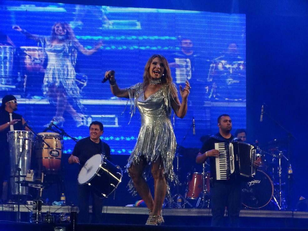 Elba Ramalho cantou clássicos do forró na primeira noite dos festejos juninos de Caruaru (Foto: Joalline Nascimento/G1)