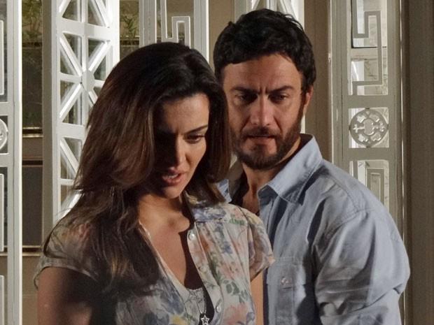 Elisa reconhece a imagem do quadro (Foto: Amor Eterno Amor/TV Globo)