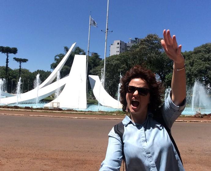A Praça conta um monumento constituído por cinco grandes rampas de concreto, que apontam para as cinco regiões do Brasil e mastros com bandeiras de todos os estados brasileiros, representando o percentual de migrantes que compuseram sua base populacional (Foto: Divulgação/ Plug)