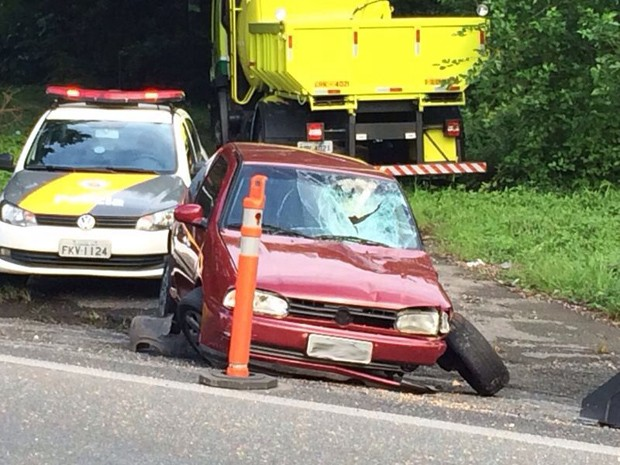 Carro também se envolveu no acidente (Foto: Solange Freitas/TV Tribuna)