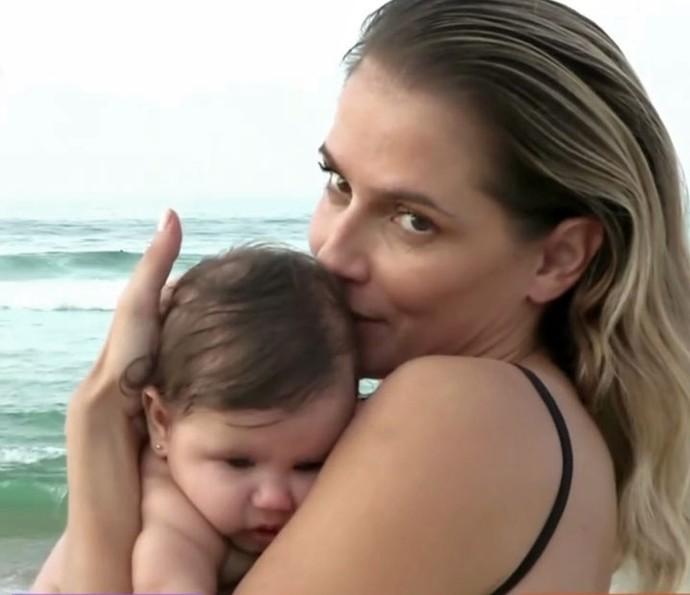 Deborah Secco e Maria Flor na praia (Foto: TV Globo)