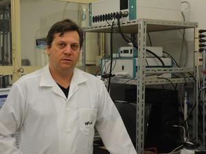 Professor pesquisa tratamentos da água desde o mestrado (Foto: Divulgação/Enzo Kuratomi)