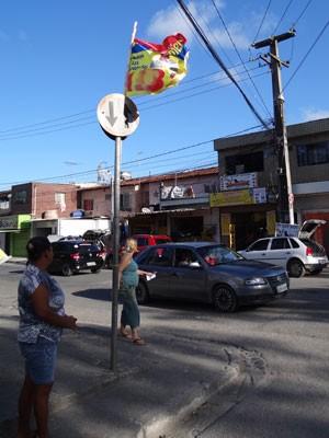 Bandeira está presa de forma ilegal em sinal de trânsito (Foto: Luna Markman/G1)