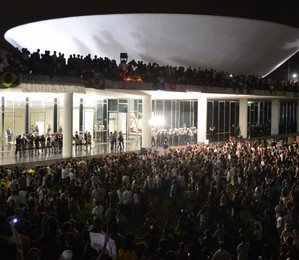 Manifestantes protestam em frente ao Congresso Nacional contra gastos na Copa, corrupção e por melhorias no transporte, saúde e educação (Foto:  Valter Campanato / ABr)