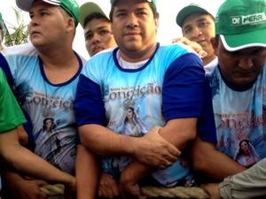 Valdenilson Moura aguardava a procissão desde a madrugada. (Foto: Karla Lima/G1)