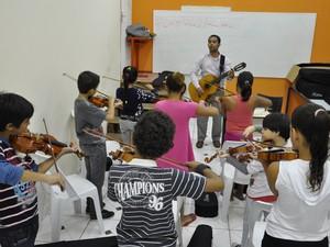 Aulas de violino na Casa da Cultura de Itatiaia (Foto: Divulgação/Prefeitura Itatiaia)