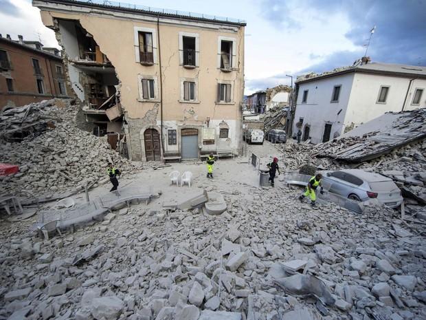 Prédios destruídos por terremoto em Amatrice, na região central da Itália (Foto: Massimo Percossi/ANSA/AP)