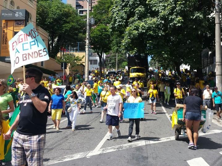 Protesto em Belo Horizonte desce a Rua Gonçalves Dias, em direção à Praça da Estação, no centro da capital