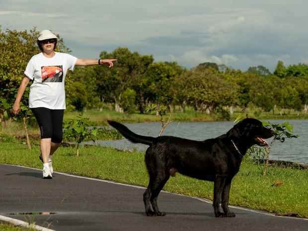 Dilma Rousseff passeia com seu cão, o labrador Nego, à margem do Lago Paranoá em área nobre de Brasília, em foto de abril de 2010, quando ela ainda não era presidente (Foto: Sérgio Lima/Folhapress/Arquivo)