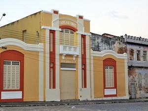 Até mesmo o prédio vizinho à Oficina Escola está em condições precárias (Foto: Juliana Brito/G1)