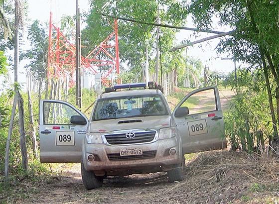 Carro da Samarco que impedia o acesso à instalação de antenas (Foto: Hudson Corrêa)