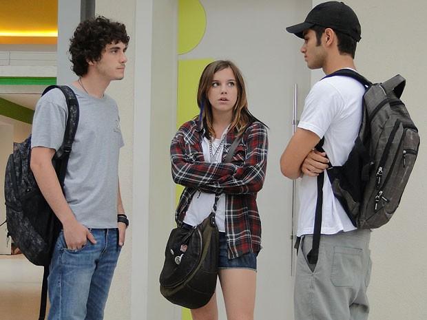 Dinho encara Gil e o clima fica pesado entre oss dois (Foto: Malhação / TV Globo)