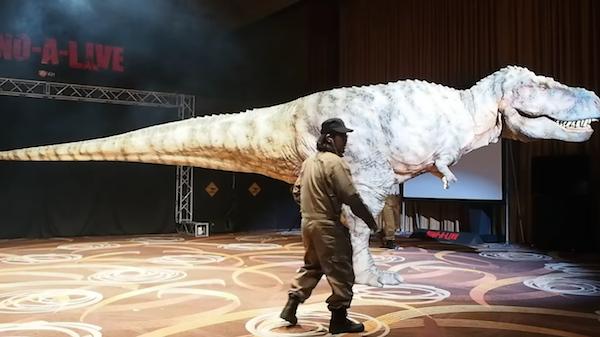 O dinossauro construído para o parque japonês (Foto: YouTube)