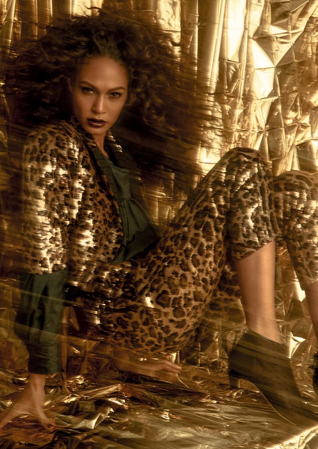 Jaqueta e calça, ambas Dolce & Gabbana; camisa, Isabel Marant. Sapatos, Dior. (Foto: Zee Nunes)