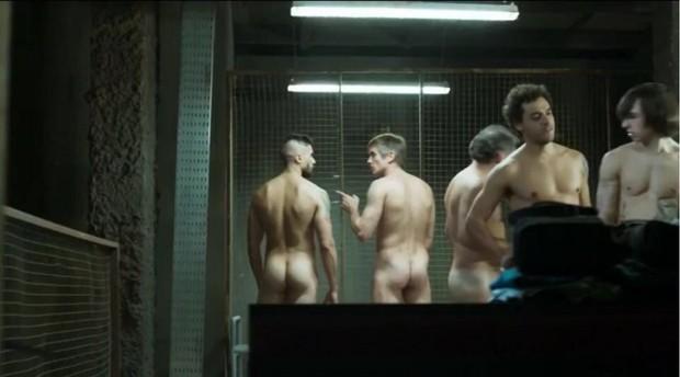 Bruno Belarmino em cena de nudez no seriado Supermax (Foto: Reprodução/Globo)
