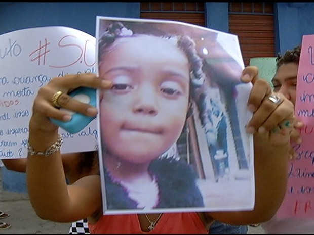 Moradores fazem manifestação após morte de criança (Foto: Reprodução / Inter TV)