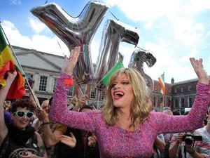 'Panti Bliss', nome artístico utilizado por Rory O'Neill, participou da campanha pelo 'sim' (Foto: Paul  Faith / AFP)