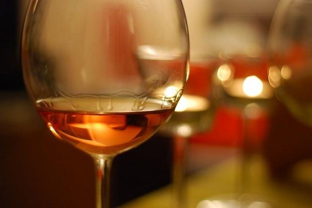 Produzidos há anos e anos, os vinhos laranjas têm características únicas (Foto: Divulgação)