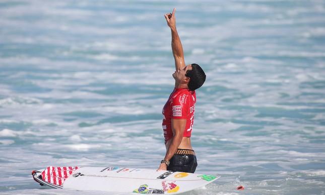 Adriano de Souza comemora após mais uma vitória em Pipeline