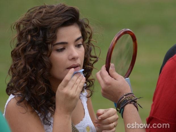 Atriz retoca a maquiagem nos bastidores da gravação (Foto: Raphael Dias/TV Globo)