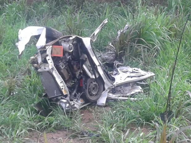 Carro fica totalmente destruído após acidente em Baixo Guandu, ES (Foto: Foto leitor - A Gazeta)