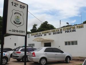 Suspeito foi levado para o 12º Distrito Policial (Foto: Catarina Costa/G1 PI)