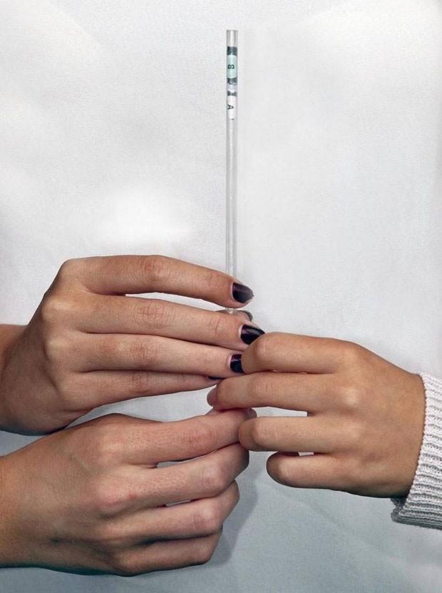 Adolescentes criam canudo que identifica a presença de drogas na bebida (Foto: Divulgação)