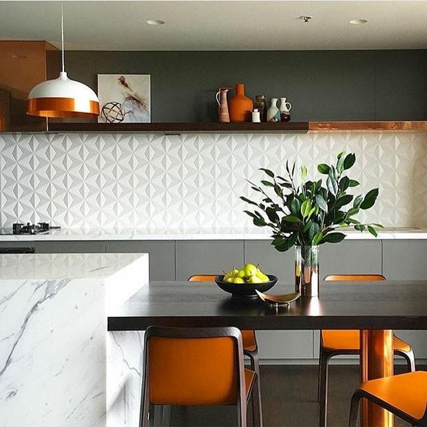 Décor do dia: cozinha cinza, laranja e cobre (Foto: Alexandra Kidd Design)