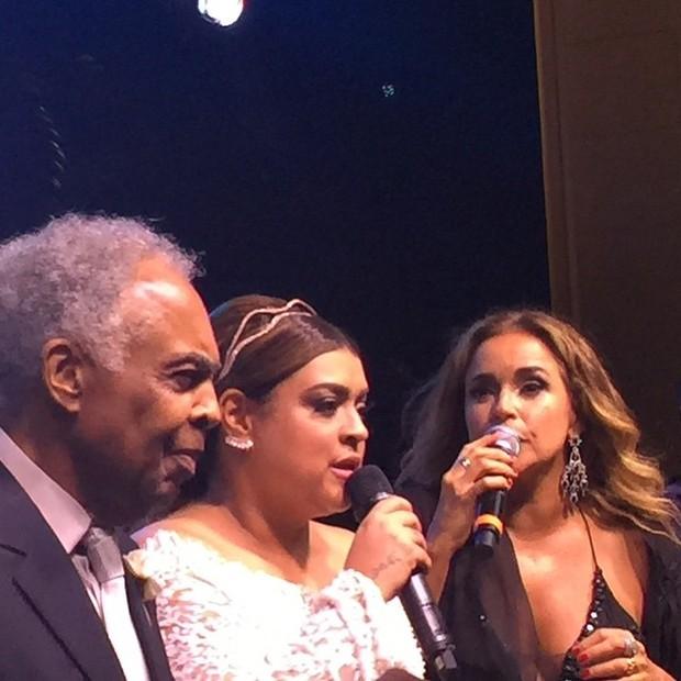 DaniePetra Gil com o pai, Gilberto Gil e Daniela Mercury em sua festa de casamento em Santa Teresa, no Centro do Rio (Foto: Instagram/ Reprodução)