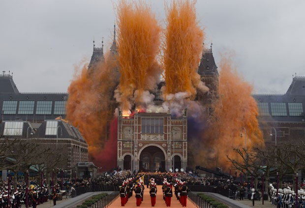 Fogos de artifício adornaram a fachada restaurada do Museu Nacional de História e Arte dos Países Baixos, o Rijksmuseum, durante a cerimônia de sua reinauguração neste sábado (13). O prédio estava em reforma há uma década. Entre as principais obras expost (Foto: Peter Dejong/AP)