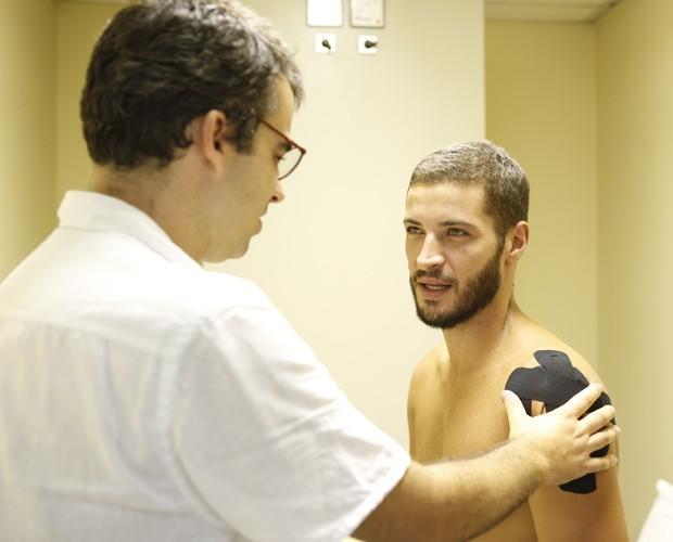 O ator Leandro Lima  conta com uma ajudinha da equipe para evitar dores no ombro (Foto: Ellen Soares/Gshow)