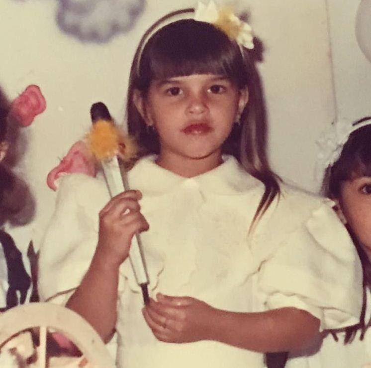 """Mariana Rios relembra foto de infância com microfone: """"Viver é sonhar... É entender que tudo acontece no tempo certo"""" (Foto: Reprodução/Instagram)"""