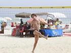 José Loreto exibe boa forma ao jogar futevôlei na praia