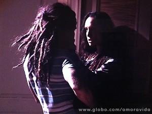 Ninho e Alejandra se entregam ao momento (Foto: Amor à Vida / TV Globo)