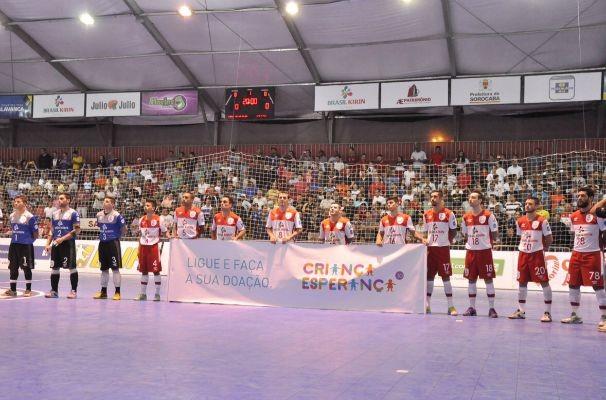 Jogadores do Sorocaba Futsal entram em quadra com faixa do Criança Esperança (Foto: Danilo Camargo/Futsal Brasil Kirin)