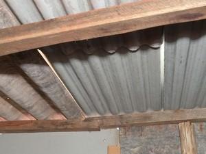 Chuva entra no barraco (Foto: Reprodução / TV TEM)