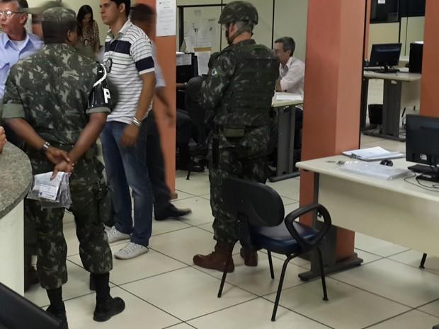 Militares levaram material apreendido com suspeito morto no confronto (Foto: Ari Peixoto/Tv Globo)