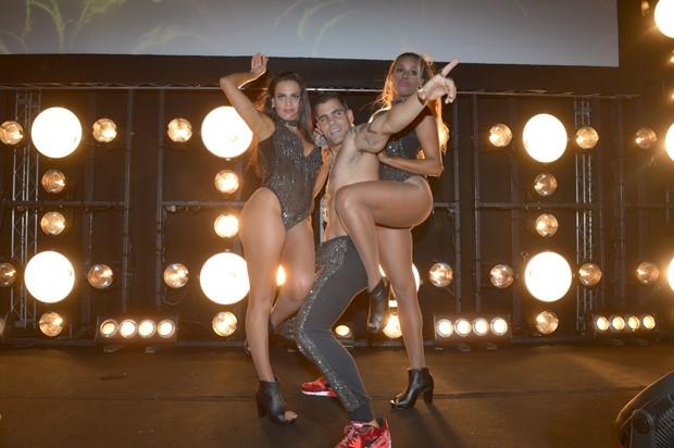 Letcia Lima exibe corpo ao lado de Juliano Cazarr e Roberta Rodrigues em 'A Regra do Jogo'. (Foto: Divulgao / TV Globo)