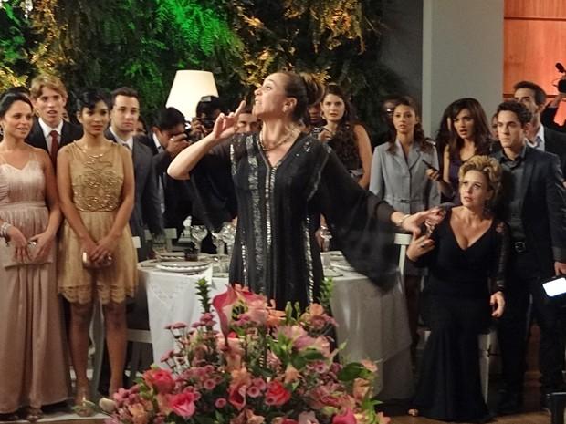 Damáris causa em casamento (Foto: Sangue Bom/TV Globo)