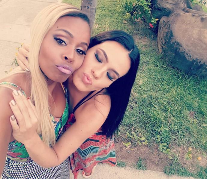 Roberta Rodrigues faz biquinho em selfie com Letícia Lima (Foto: Arquivo pessoal)