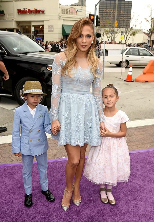 Jennifer Lopez leva os filhos Emme e Max ao tapete vermelho (Foto: Getty Images)