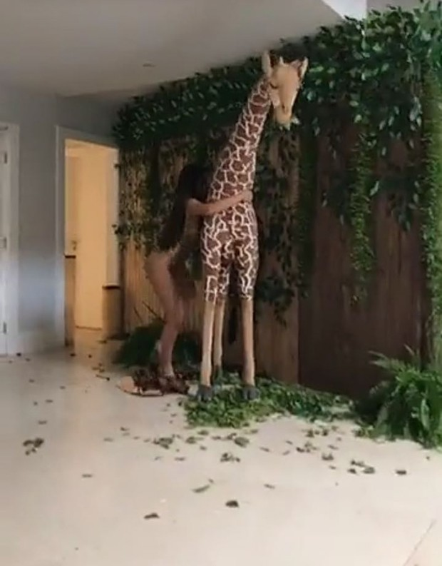 Anitta beijando girafa (Foto: Reprodução)