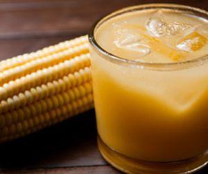 Caipirinha de milho: cachaça e muito gelo