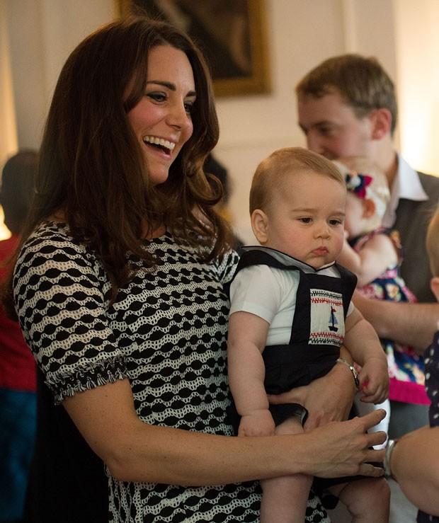 Kate Middleton segura seu filho, o príncipe George, em evento na Nova Zelândia (Foto: Marty Melville/AFP)
