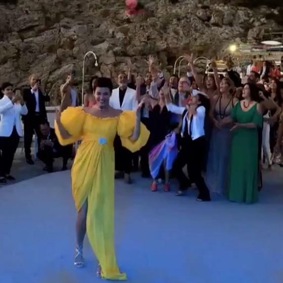 Cristina arremessa seu buquê depois da cerimônia realizada em Capri, na Itália (Foto: Reprodução/ Instagram)