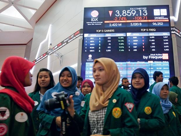 MAIS JOVENS QUE NÓS Estudantes na Bolsa de Valores  da Indonésia.  O país asiático  terá força de trabalho crescente por décadas (Foto: Beawiharta Beawiharta/Reuters)