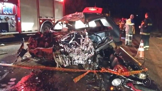 Peão morre após bater carro de frente com caminhão de cana em Votuporanga