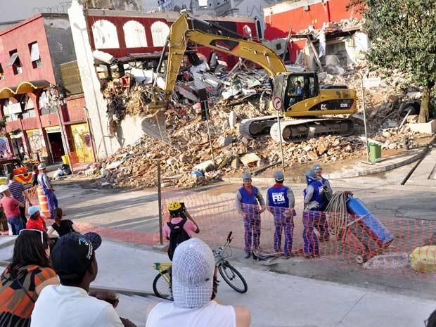 O prédio da boate Kilt, que estava localizado na Rua Nestor Pestana com a Praça Roosevelt, na região central de São Paulo, começou a ser demolido neste sábado (8) por funcionários da Prefeitura (Foto: Cris Faga/AE/AE)